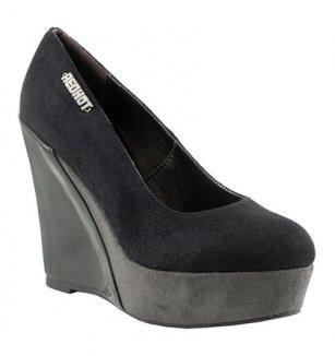 Totální výprodej  dámské a pánské boty do všech ročních období. Černé  lodičky na klínku Red Hot c95118364c
