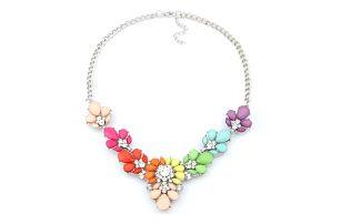 Bohatě zdobený náhrdelník ve veselých barvách