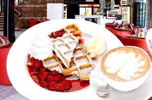 Domácí vafle a šálkem vaší oblíbené kávy