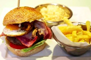 Šťavnaté burger menu s hranolky a salátem
