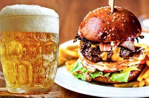 Skvostný burger a půllitr pivka Benedict