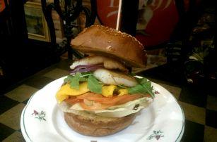 Unikátní 400g mořský burger (3 druhy) + americké brambory a tatarka/salsa v centru Prahy