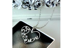 Náhrdelník s nápisem MOM ve stříbrné barvě