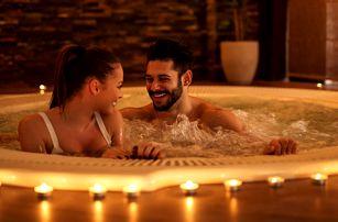 Romantika při svíčkách v privátní vířivce pro dva