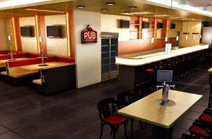 2x hovězí burger s výběrem ze 4 druhů + jullienne hranolky v The PUB na Smíchově