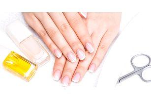 Úprava nehtů na rukou s francouzským lakováním nebo barevným gel lakem