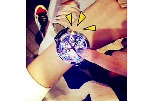 Moderní hodinky s dotykovým ukazatelem hodin