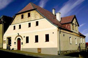 Pobyt pro 2 osoby v CHKO Slavkovský les v penzionu Plzeňka na 3 nebo 4 dny s polopenzí a lahví vína.