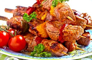 Vepřové špízy, tatarák, přílohy i salát pro 4