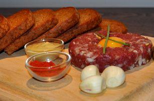Tatarský biftek z hovězí svíčkové s topinkami