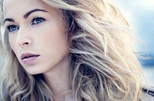 Střih s blond melírem pro ženy
