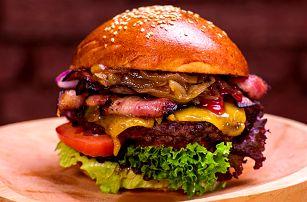 Skvělý burger s 250 gramy masa, hranolky a pití