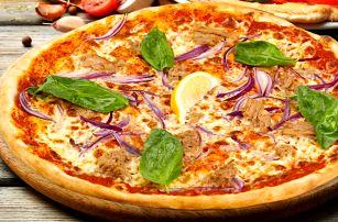Bohatě ozdobená pizza a nápoj v OC Černý Most