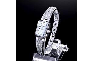 Dámské náramkové hodinky s úzkým zdobeným páskem