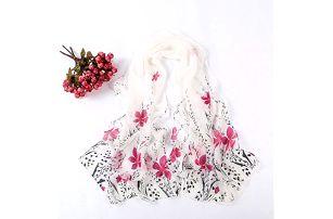 Šálka s květy. Květovaná šála by rozhodně neměla ve vašem šatníku chybět.