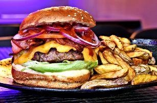 Burger s masem či sýrem ve steampunkovém baru