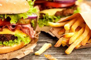 Šťavnatý MEGA burger s hranolky pro dva v hospůdce U Fíčků