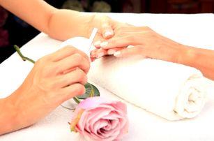 Manikúra či pedikúra, lakování i aplikace gelových nehtů