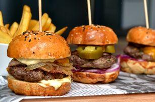 Tři domácí miniburgery s hranolky a tatarkou