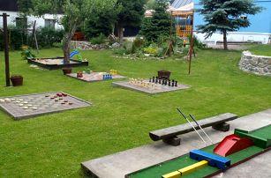Léto v Krkonoších v Modrém pensionu se zahradou plnou her a polopenzí pro dva