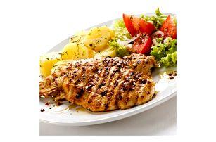 Mix steaků pro dva v restauraci Švejk ve Strašnicích, brambory, domácí tatarka, salát, štrúdl.