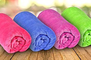 Barevné deky z mikrovlákna na doma i na cesty