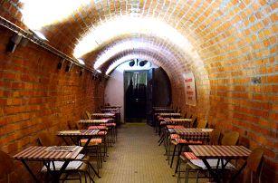 Noc v atomovém krytu v centru Brna se snídaní