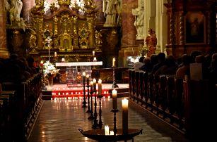 Noční koncerty při svíčkách v kostele přímo u Karlova mostu