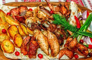 Mix grilovaného masa: hovězí, vepřové, kuřecí s domácí omáčkou a přílohou pro 2 nebo 4 osoby v restaurace Ztráty & nálezy na Vinohradech