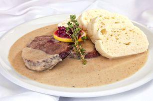 Švejk Restaurant Strašnice - Svíčková s knedlíky a brusinkovým terčem