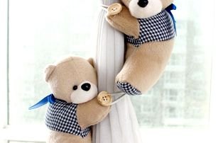 Držák na závěsy v podobě plyšových medvídků