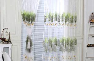 Záclona s barevnými stromy