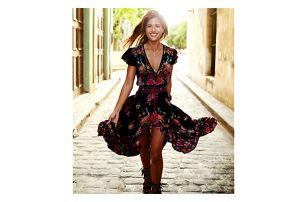 Dlouhé šaty s asymetrickou sukní a červeným květovaným vzorem