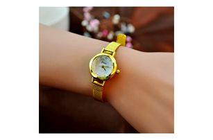 Dámské hodinky s úzkým páskem ve zlaté barvě
