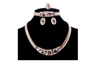 Bohatá sada šperků ve zlaté barvě