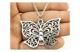 Dámský náhrdelník s přívěskem motýlka