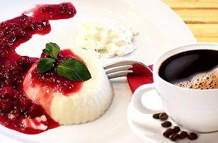 Dvě cappuccina nebo kávy a dezerty panna cotta