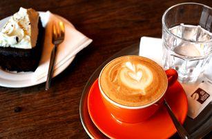 Kafe a dort v undergroundové kavárně Do Větru