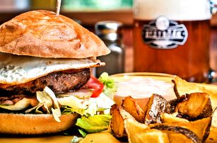 Domácí mega burger a místně vařené pivo