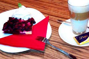 Borůvkový koláč s kávou a výhledem na zámek