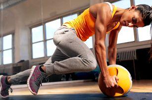 Hoďte se do formy: cvičení s trenérkou ve fitku