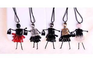 Osobité náhrdelníky s panenkou z korálků