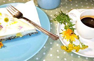 Káva nebo konvička čaje a bezlepkový raw dort