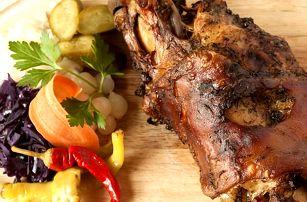 Pečené koleno, žebra, krkovička jelítka, jitrnice, klobásy. Švejkovo koryto pro 8 - 30 osob.