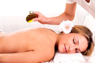 Luxusní masáž krční páteře, zad a chodidel s olejem dle výběru