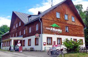 First minute Krkonoše: turistický magnet Benecko v hotelu s venkovním bazénem, polopenzí a multifunkčním hřištěm