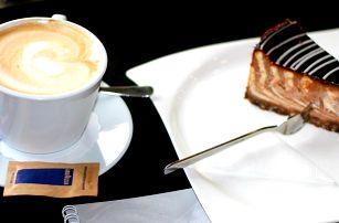 Posezení v kavárně se zákuskem a kávou z nabídky