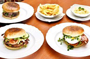 Burger menu se steakovými hranolkami a salátem