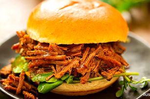 Burger s dlouze pečeným trhaným vepřovým masem