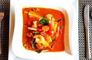 Jarní závitky a krevety na červeném Curry s rýží